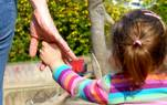 Fester Halt für kleine Hände. Das Jugendamt sucht Pflegefamilien.