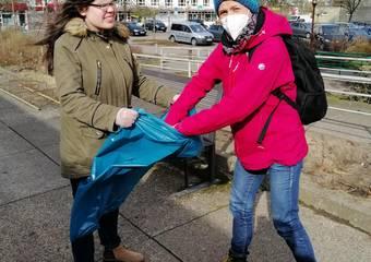 Anne Kock und Elisabeth Seyer beim Müllsammeln