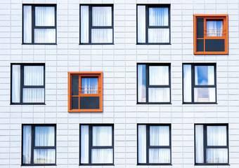 Hausfassade mit Fenstern