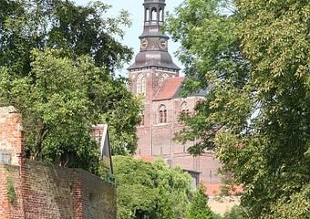 tangermuende   stadtmauer mit stephans kirchturm