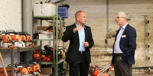 Sebastian Stoll und Ingo Engelmeyer unterhalten sich in der Werkstatt ©SL