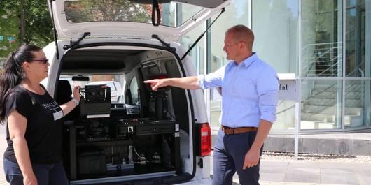 Sebastian Stoll am neuen Blitzer Auto des Landkreises Stendal