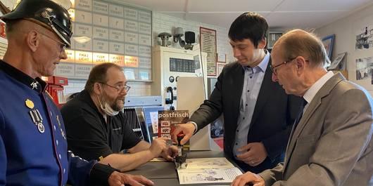 Landrat Puhlmann mit OBM Klaus Schmotz beim historischen Ersttags Stempeln ©SL