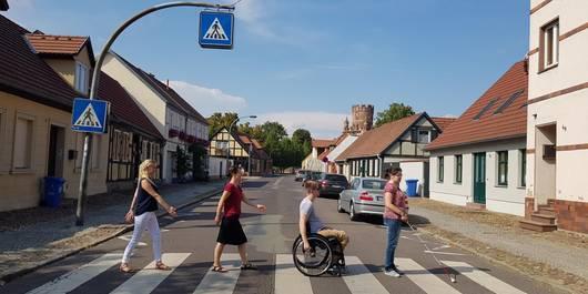 """Zebrastreifen in Stendal mit Mitgliedern der Interessengruppe """"Barrierefreies Stendal"""""""