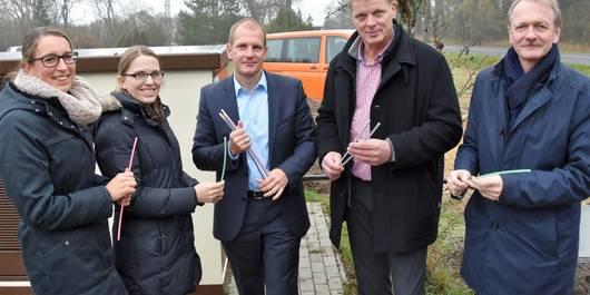 Sebastian Stoll erläutert den Vertretern des BMEL den Breitbandausbau mit Glasfaser. Foto: Björn Gäde