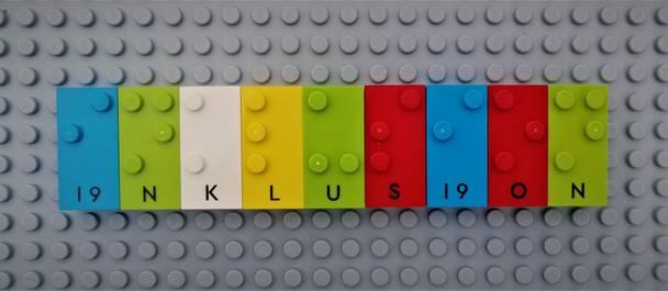 Bunte Legosteine mit Braille-Schrift
