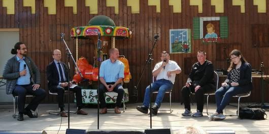 Die Gäste der Talkrunde auf der Bühne des Stendaler Tiergartens