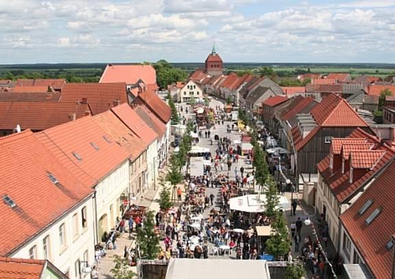 arneburg   stadtzentrum mit volksfest