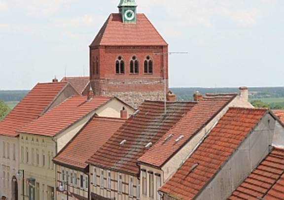 arneburg   strassenzug mit kirche