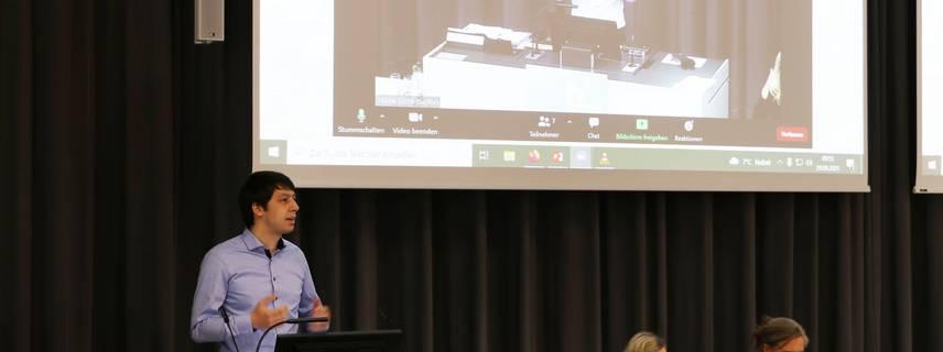 Landrat Patrick Puhlmann hielt zu Beginn der Veranstaltung eine Rede, in der er die Relevanz der Thematik betonte. ©Sinah Wiesner