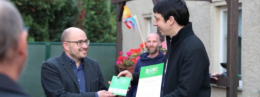 """Landrat Patrick Puhlmann übergibt Dr. Tillmann Lohse die Auszeichnung """"Demokratie-Ort"""""""